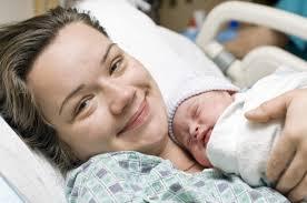 Παγκόσμια πρωτιά: Μητέρα στα 48 της με δικά της ωάρια