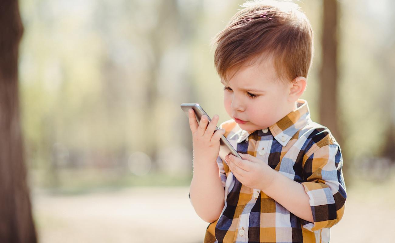 Να τι μπορείτε να κάνετε αν το παιδί σας περνάει πολλές ώρες στο κινητό