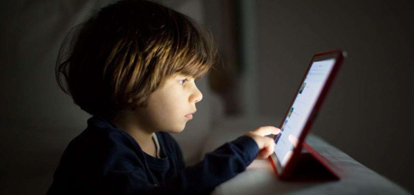 Έρευνα: Η πολύωρη χρήση οθονών μειώνει την απόδοση των παιδιών στο σχολείο