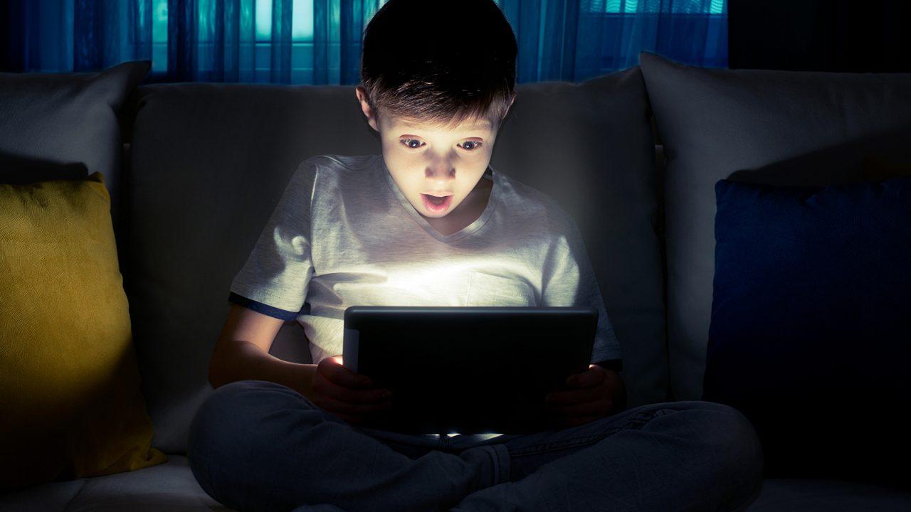 Παιδί: Γιατί οι οθόνες πρέπει να κλείνουν μία ώρα πριν κοιμηθεί