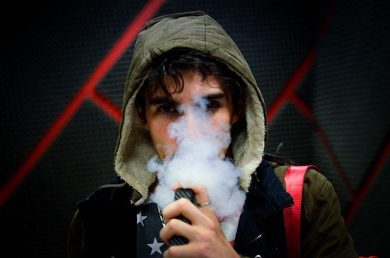 Οι γεύσεις των ηλεκτρονικών τσιγάρων δελεάζουν τους νέους