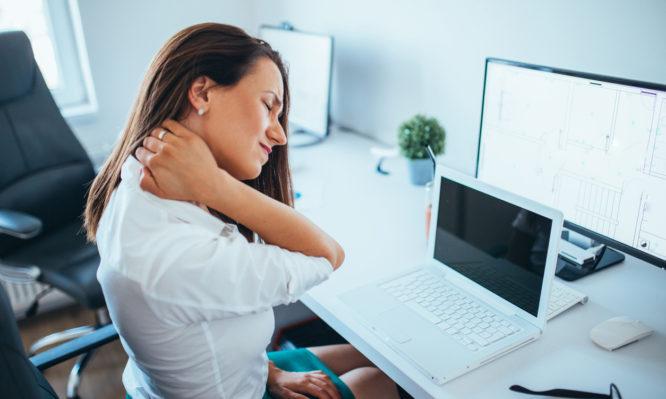 Πώς να χαλαρώσετε τους μύες σας από την καθιστική εργασία (Βίντεο)