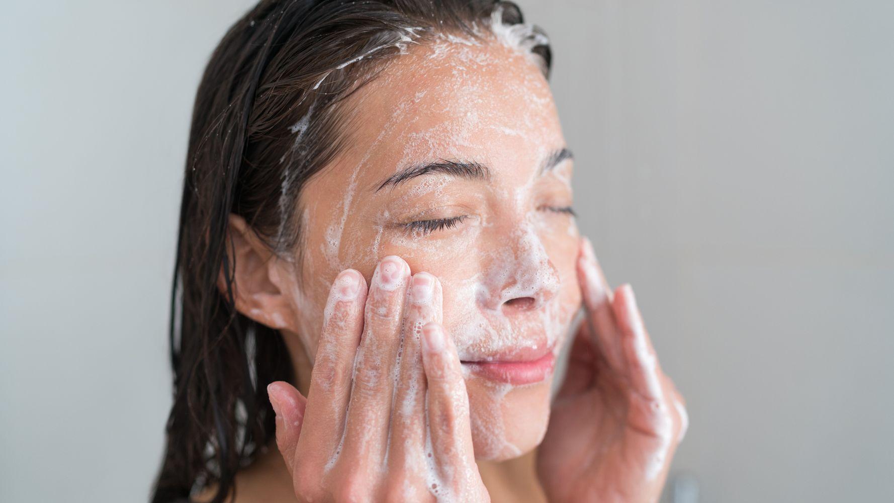 Πλένετε σωστά το πρόσωπό σας; Η πλειονότητα του κόσμου πάντως το κάνει λάθος!