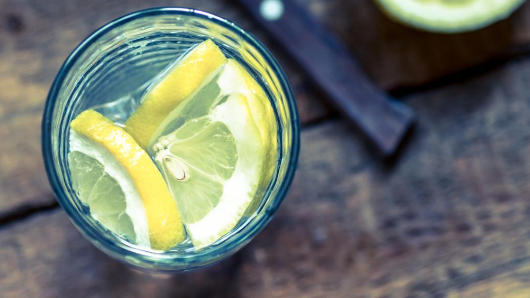 Νερό με λεμόνι: Σε ποιές περιπτώσεις είναι απαγορευτικό;
