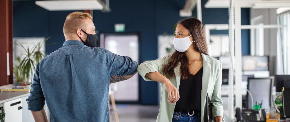 Έχετε ήδη εμβολιαστεί; Να γιατί δεν πρέπει να σταματήσετε  να φοράτε τη μάσκα σας