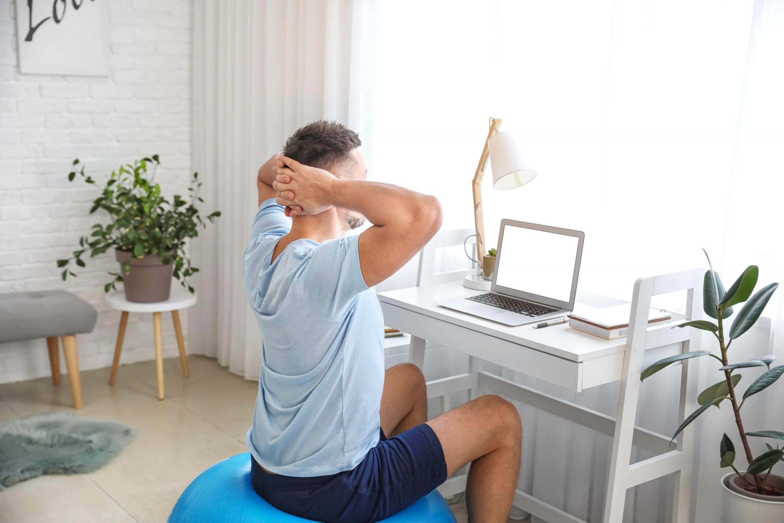 Η μπάλα pilates μπορεί να αποτελέσει ακόμη και κάθισμα για το γραφείο σου