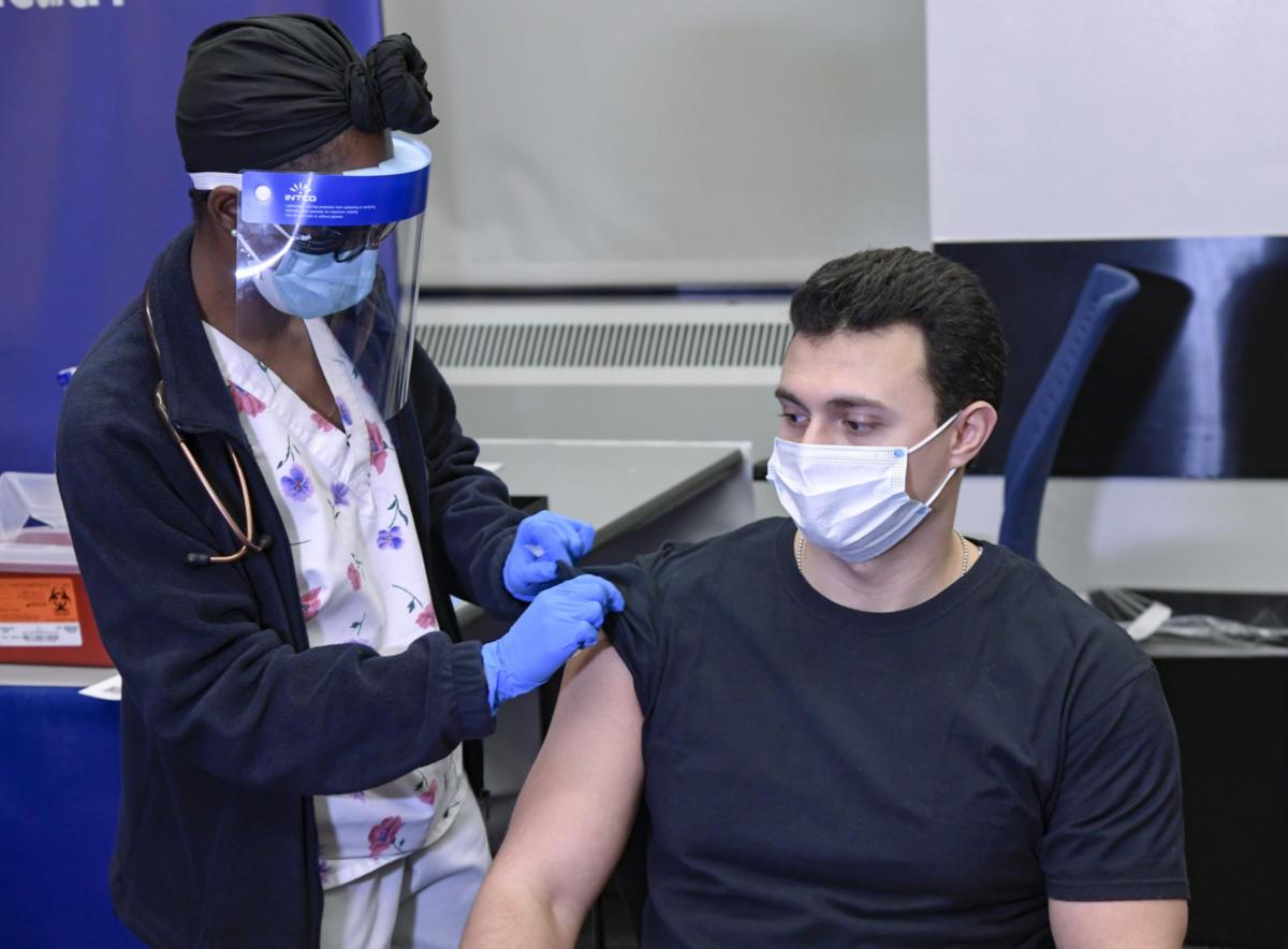 Πόσο επικίνδυνο είναι να εμβολιαστούμε αν νοσούμε από COVID-19; Τι έδειξε η πρώτη μελέτη περιστατικού