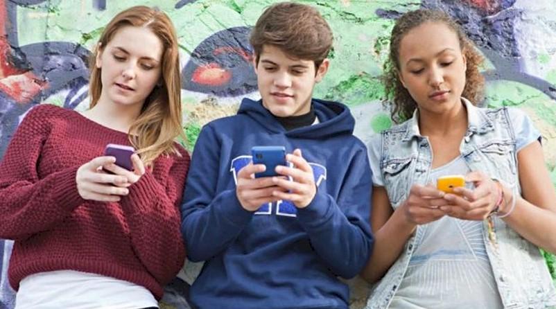 Η ανθυγιεινή διατροφή στους εφήβους συνδέεται με την χρήση κινητών τηλεφώνων