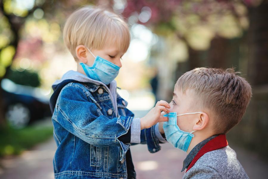 Επιστήμονες εκπέμπουν SOS για τα παιδιά: «Μάσκες, αποστάσεις και αντισηπτικά διαλύουν το ανοσοποιητικό τους σύστημα»