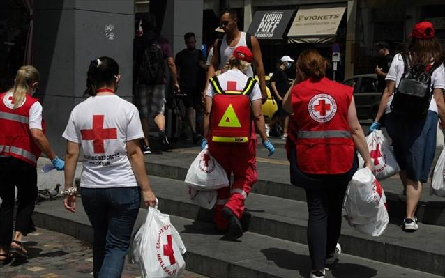 EEΣ: Δράση ενεργητικής προσέγγισης αστέγων εν μέσω καύσωνα στο ιστορικό κέντρο της Αθήνας