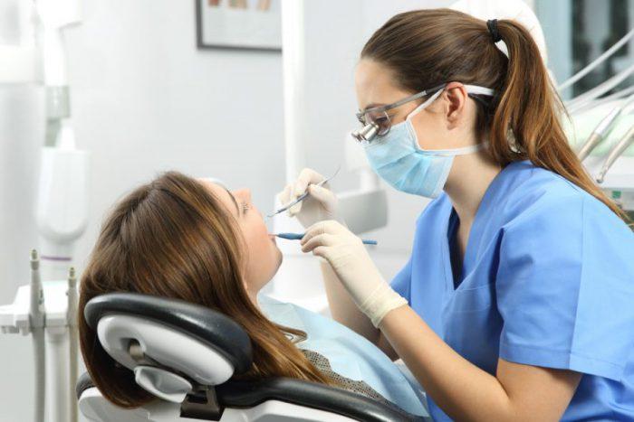 Οι οδοντίατροι αντιδρούν στην υποχρεωτική διενέργεια rapid test των ασθενών σε θεραπείες με αερόλυμα