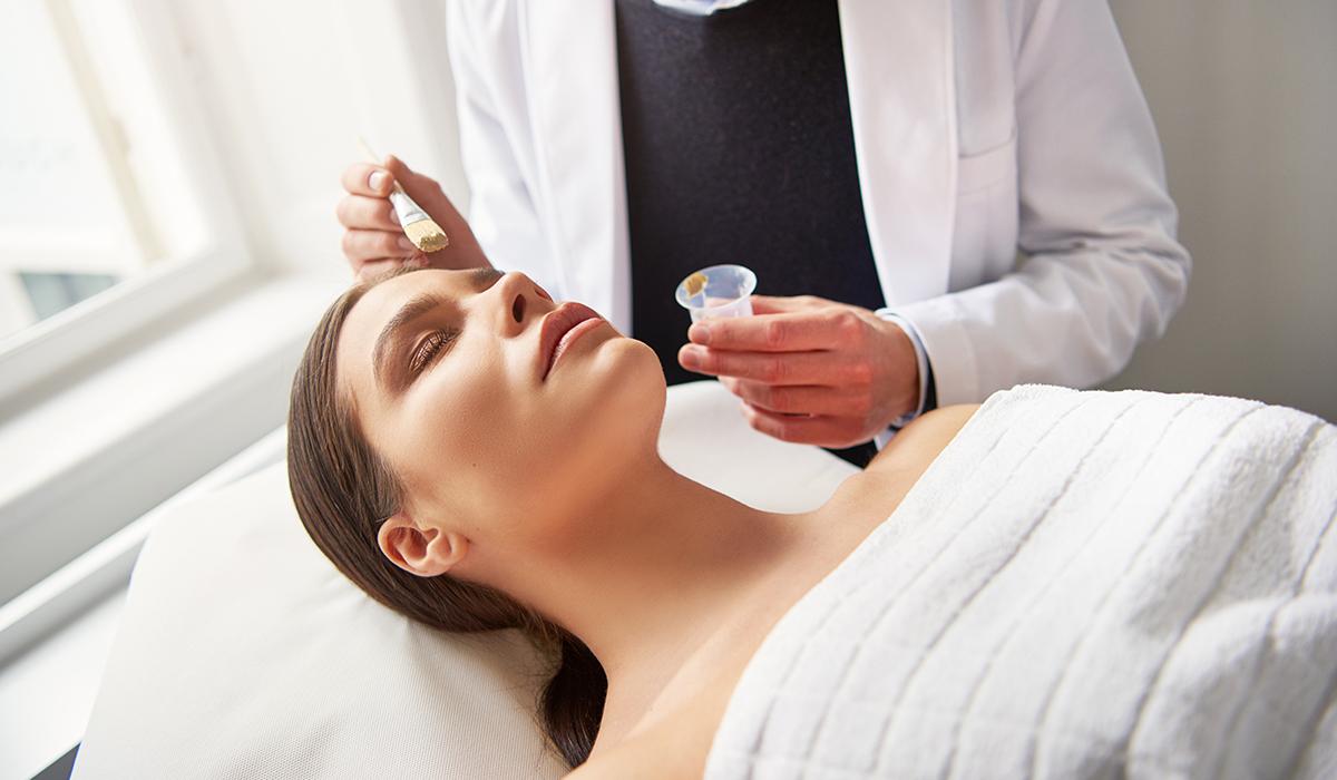 Αυτή είναι η τριπλή θεραπεία που προσφέρει ολική ανανέωση και αναζωογόνηση του δέρματος