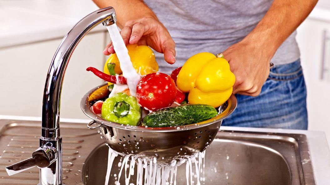 Aπό τι κινδυνεύουμε αν δεν πλένουμε σωστά τα φρούτα και τα λαχανικά;